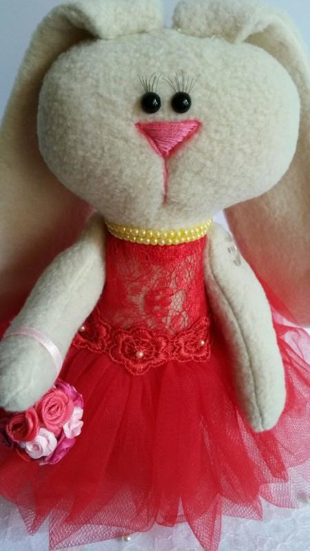 Маленькая зайка-тильда в воздушном красном платье