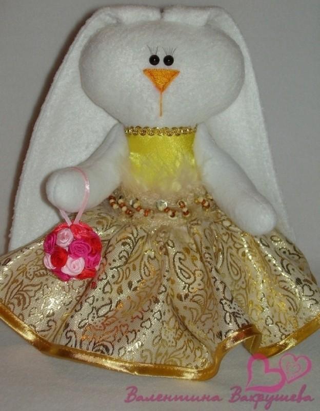 Маленькая зайка-тильда в золотом платье