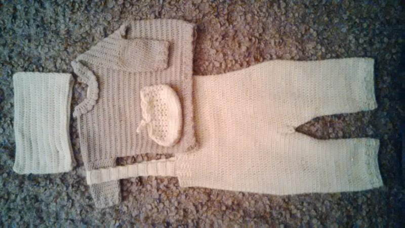 Комплект для малыша: свитер, штаны, пинетки, шапка-ушки