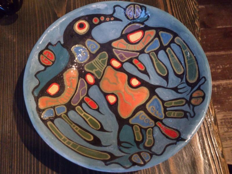 Тарелка  Ворон с ангобной росписью.