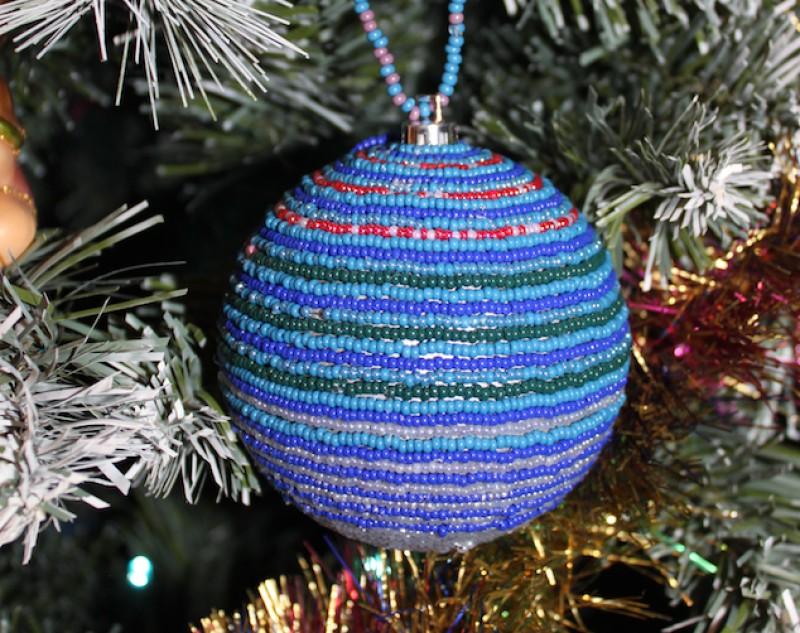 Новогодний елочный шар из бисера