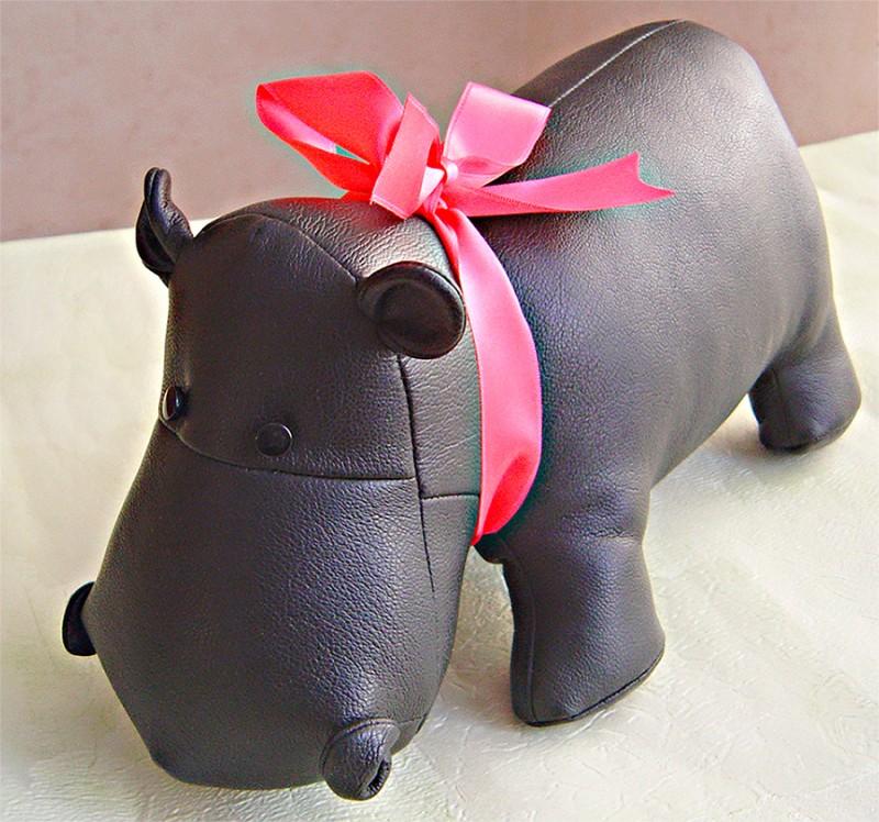 Бегемотик - интерьерная игрушка ручной работы из искусственной кожи
