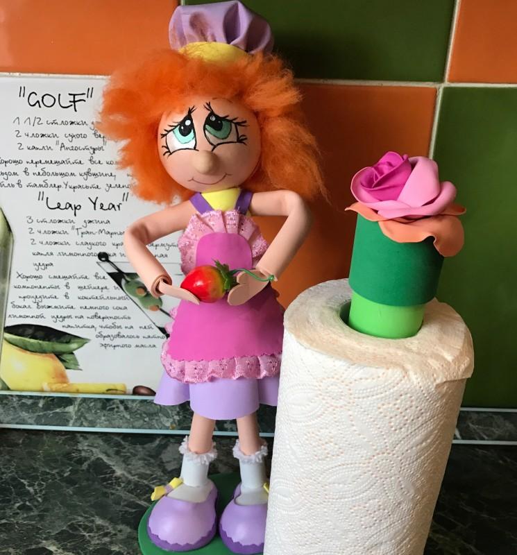 Держатель для бумажного полотенца, кукла из фоамирана. Для кухни.