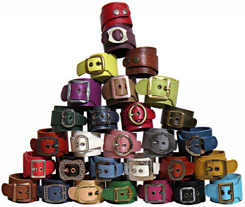 Разноцветные кожаные браслеты