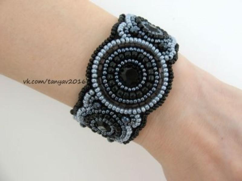Черный браслет из бисера