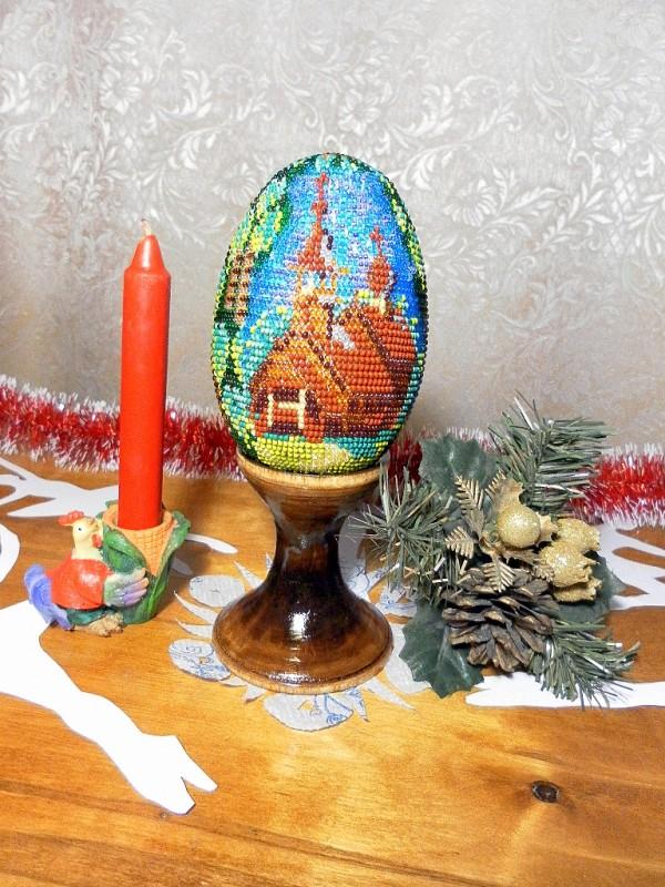 Пасхальное яйцо вышитое бисером Деревянная церковь