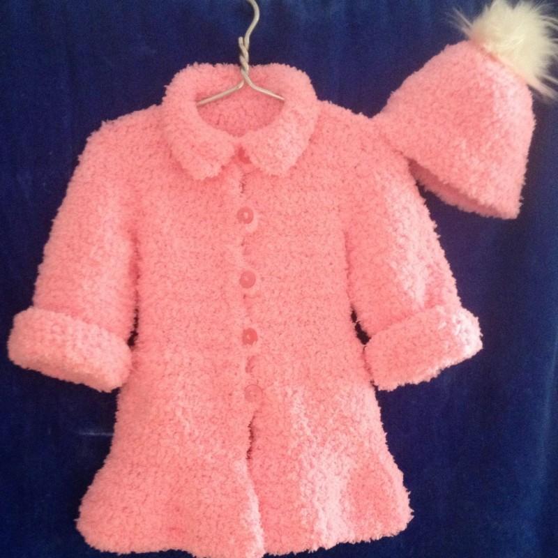 Вязаное плюшевое пальто с шапочкой для девочки.
