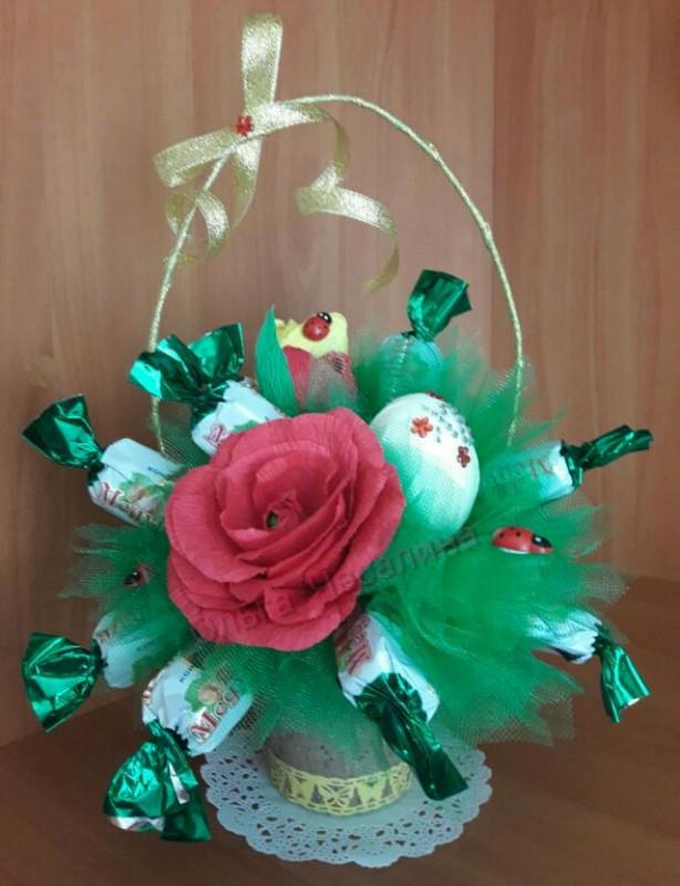 Пасхальная цветочно-конфетная композиция