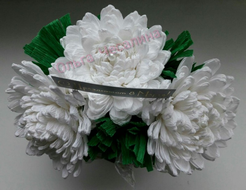 Свит композиция из белых хризантем и конфет Неженка