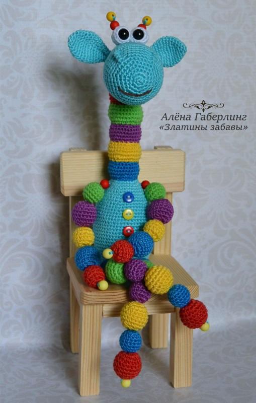 Жираф Кругляш синий с бусинами игрушка вязаная крючком