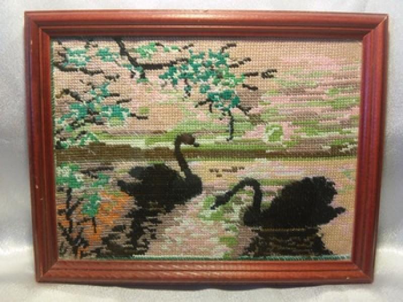 Картина вышитая Лебеди на закате