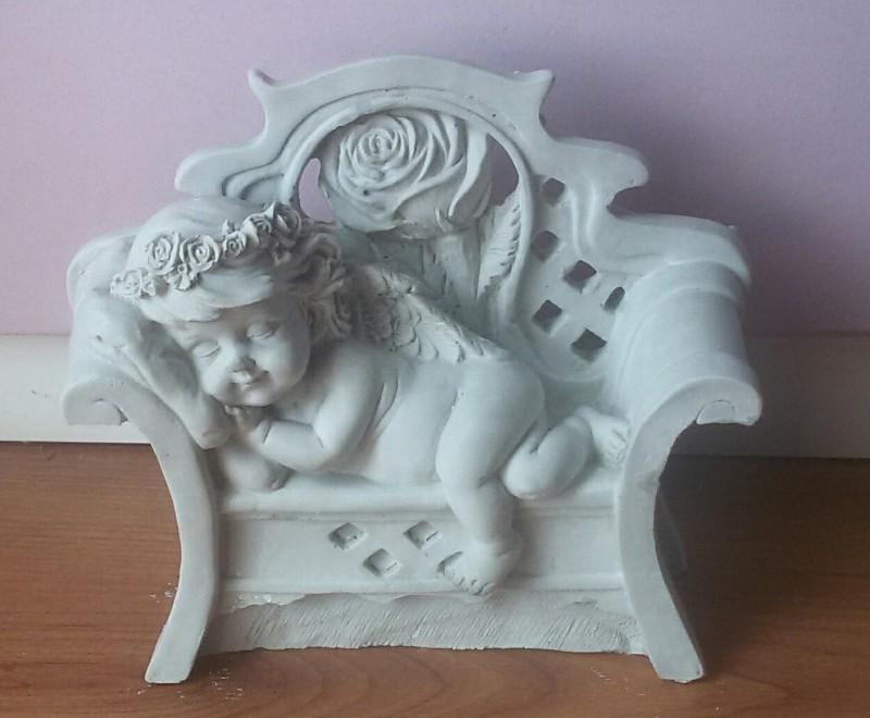 Гипсовый ангел на скамейке