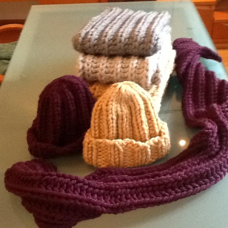 Стильный вязаный комплект из шапки и длинного шарша (женский)