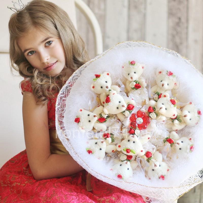 Букет из мягких игрушек Белые мишки с красными цветами (большой)