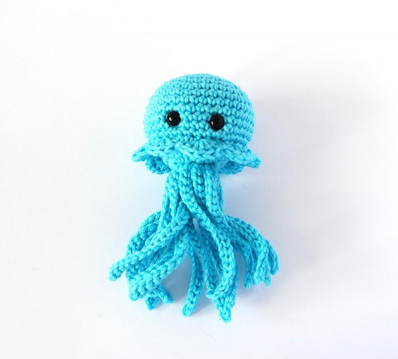 Такитильная развивающая вязаная игрушка медуза амигуруми