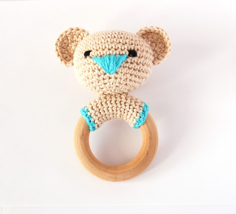Вязаная погремушка мишка с голубым носом