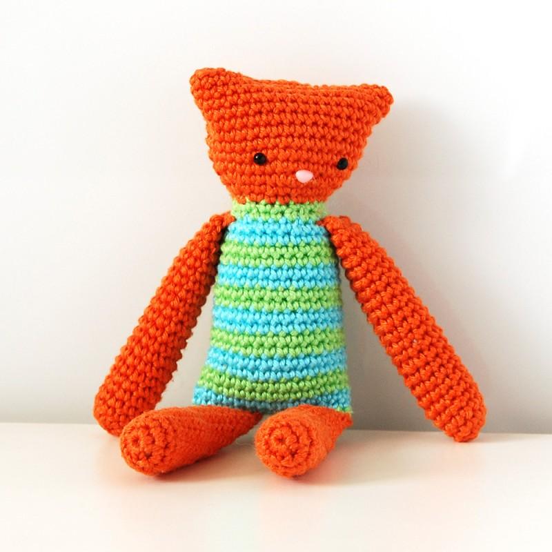 Вязаная игрушка котик амигуруми