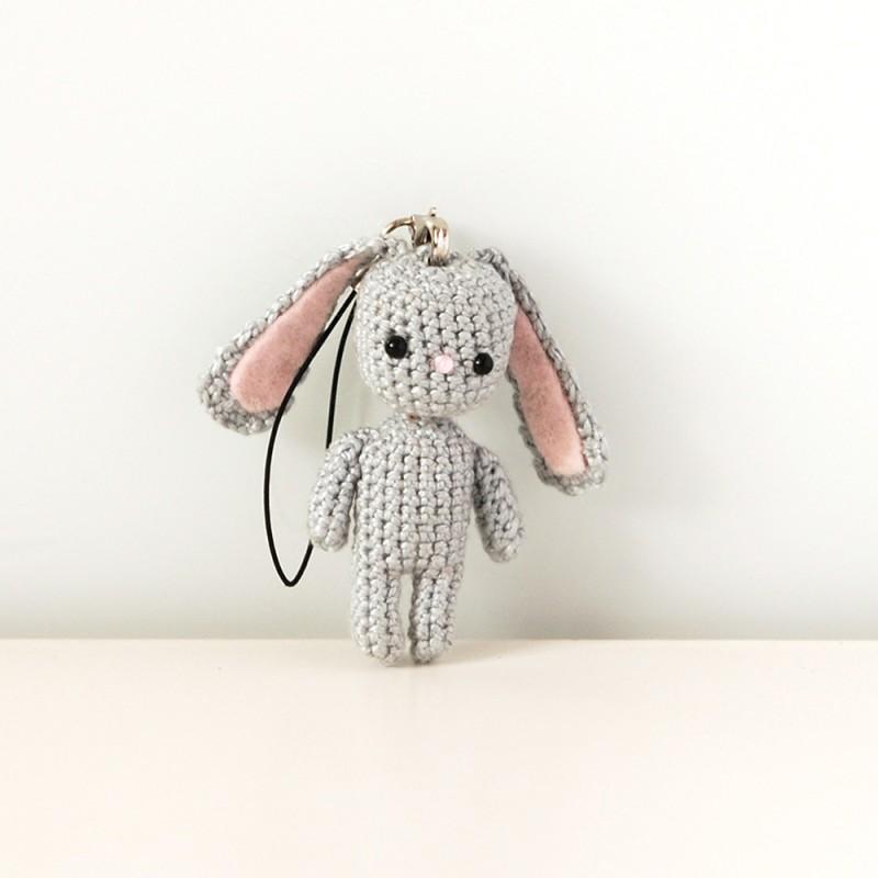 Вязаная игрушка-брелок зайка амигуруми