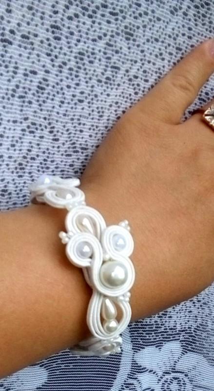 Ажурный белый браслет.