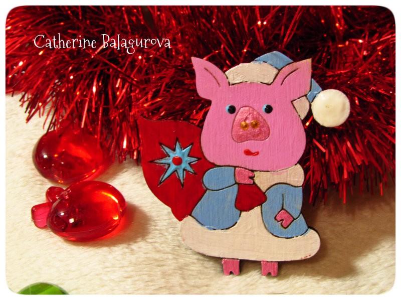 Брошка деревянная *Свинка новогодняя*. Символ 2019 года