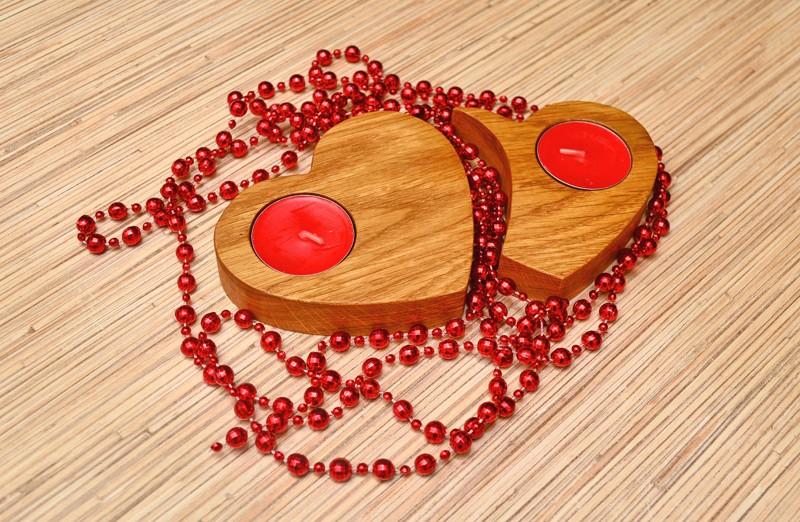 Подсвечник ручной работы из ДУБа «Два сердца»