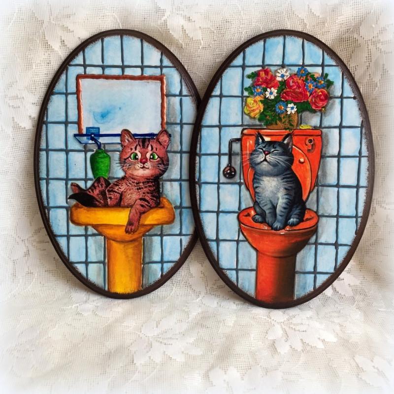 Бирочки на двери ванной комнаты и туалета.
