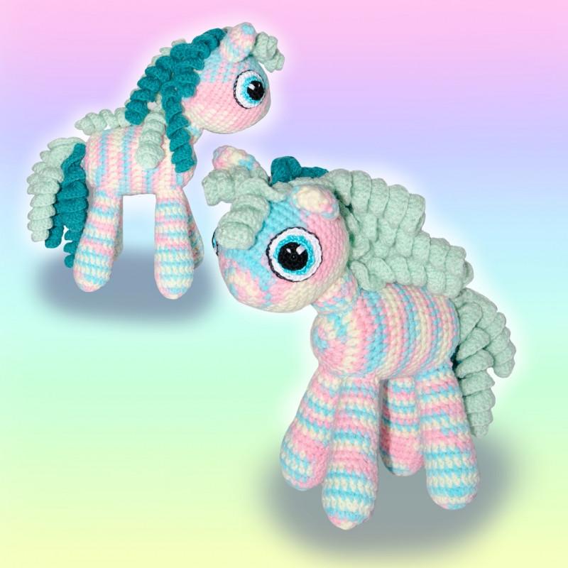 Вязаная игрушка Радужная лошадка