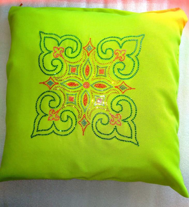 Декоративная подушка, инкрустированная стразами