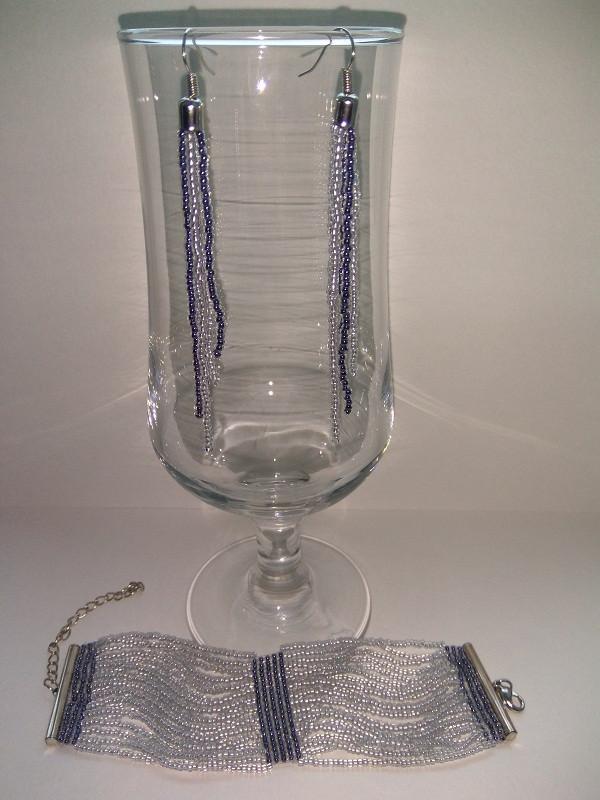 Комплект из бисера: широкий браслет и серьги.