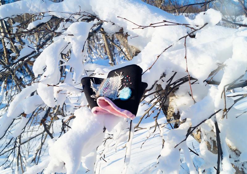 Авторские митенки из неопрена на подкладе из розового футера с декором из сотканного вручную полотна