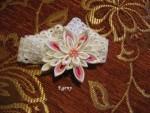 Повязка на головку малышки, изготовленная из эластичного кружева и  украшенная нежным цветком в технике канзаши.
