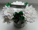 Свит композиция из белых хризантем и конфет